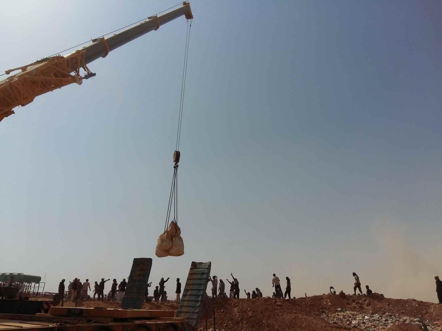 """حوصر أكثر من 75 ألف  سوري على الحدود الأردنية، غير قادرين على العبور،في ظل ظروف صحراوية قاسية، مع درجات حرارة تصل إلى 50 درجة وعواصف رملية مفاجئة، كان لديهم كمية محدودة من الغذاء وبالكاد  يوجد ماء يكفي للبقاء على قيد الحياة.  ومع إغلاق الحدود بين البلدين، لم تتمكن المساعدات من عبور الحدود لدخول المخيم. استخدمت """"يونيسيف"""" ووكالات الأمم المتحدة، رافعة لتقديم مواد الإغاثة العاجلة للرجال والنساء والأطفال على الجانب الآخر- آب 2016 (يونيسيف)"""