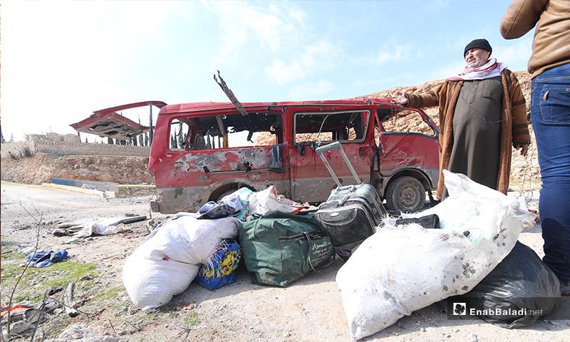 جمعت عائلة الأمين ما استطاعت من متاعها، تاركةً خلفها منزلها، راجيةً الوصول لمنطقة أكثر أمانًا في الشمال السوري، من بلدتها.