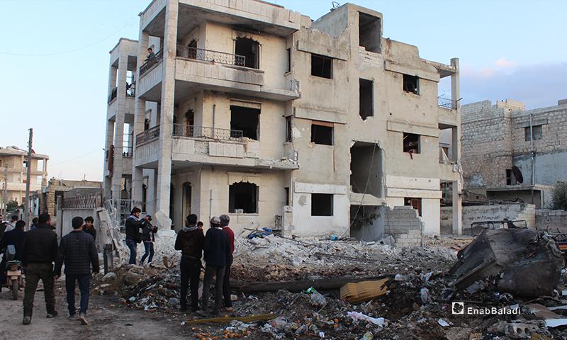 ضحايا مدنيون نتيجة استهداف طيران النظام مدرسة تؤوي نازحين في مدينة معرتمصرين 25 من شباط 2020 (عنب بلدي)
