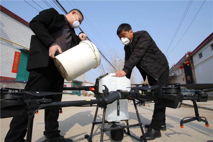 عمال يُطهرون في خزان للطائرة بدون طيار في قرية زهينغوان بمقاطعة هاندان بمقاطعة هيبي- 31 من كانون الثاني(Chinadaily).