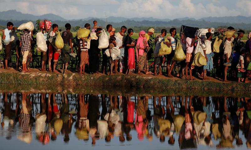 اللاجئون الروهينجا الذين فروا من ميانمار ينتظرون السماح لحرس الحدود البنغلاديشيين بالمرور بعد عبورهم الحدود في بالانغ خالي ، بنغلاديش - 9 تشرين الأول 2017(Reuters)