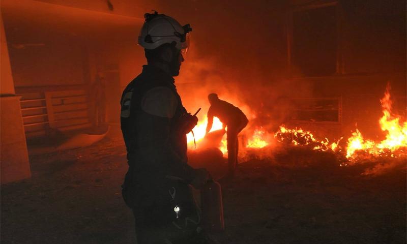 عناصر الدفاع المدني يخمدون الحرائق الناجمة عن القصف الذي استهدف مدينة الباب-2 من شباط (الدفاع المدني/فيس بوك)