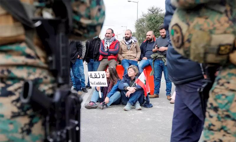 متظاهرون لبنانيون وسط بيروت منعًا لاجتماع البرلمان - 11 شباط 2020 (AFP)