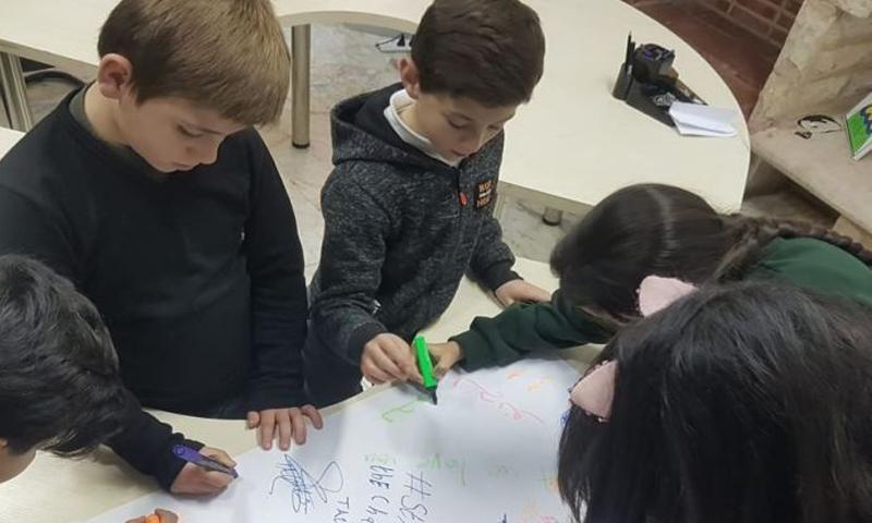 الأطفال وهم يرسمون لوحتهم للتضامن مع ضحايا حرائق أستراليا- 12 من شباط (CARE)