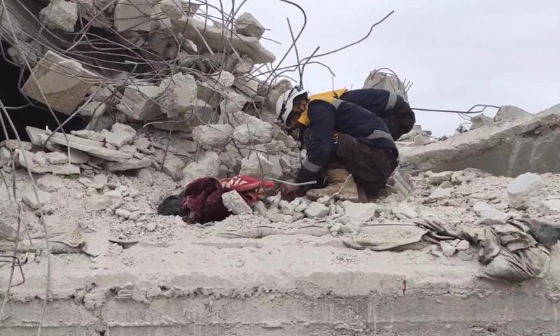 قصف جوي روسي استهدف بلدة السحارة بريف حلب الغربي (الدفاع المدني على فيس بوك)
