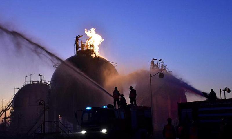 عمال إطفاء يخمدون حريقًا سببته قذائف استهدفت منشآت نفطية في حمص - 21 كانون الأول 2019 (سانا)