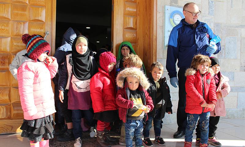 الإدارة الذاتية تسلم الأطفال الروس من أيتام مخيم الهول إلى روسيا (حساب الإدارة الذاتية على الفيسبوك)