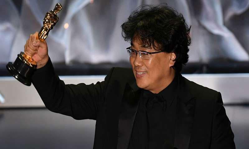 """مخرج ومؤلف الفيلم الكوري الجنوبي """"طفيلي"""" بونج جو هو بعد فوز الفيلم بجائزة أوسكار أفضل فيلم دولي خلال الحفل الذي أقيم في لوس أنجليس يوم السبت 10 من شباط 2020 -(رويترز)"""