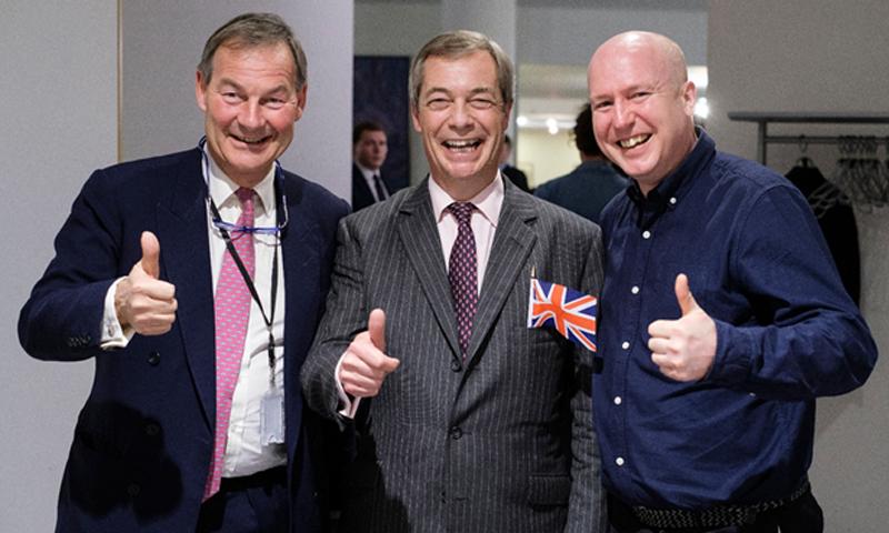 جاستن ألن مع روبرت لوي، ونيجل فراج في البرلمان الأوروبي-(getty images)