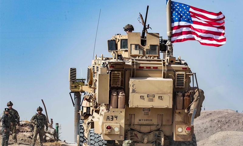 جندي أمريكي يجلس فوق مركبة مصفحة في قاعدة للتحالف الدولي بقيادة الولايات المتحدة على مشارف بلدة رأس العين في محافظة الحسكة السورية بالقرب من الحدود التركية- تشرين الأول 6 أكتوبر 2019 (AFP)