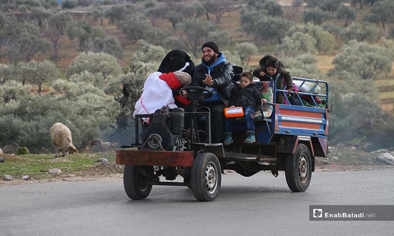 عائلة نازحة من منطقة جبل الزاوية جنوبي إدلب - 27 كانون الثاني 2020 (عنب بلدي)