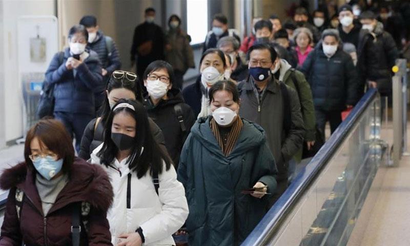 مواطنيون صينيون في مدينة ووهان التي انتشر فيها فايروس كورونا 28 كانون الثاني 2020 (رويترز)