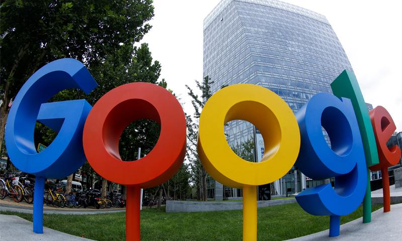 """شعار العلامة التجارية لشركة """"جوجل""""، خارج مكتبها في بكين الصين- 2018 (رويترز)"""