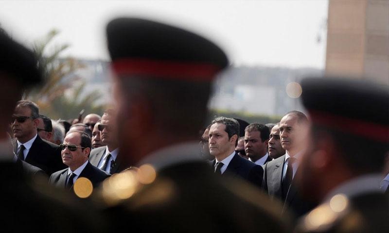 صورة من جنازة حسني مبارك يظهر فيها ولداه علاء وجمال مبارك- يمين والرئيس المصري عبد الفتاح السيسي- يسار وبينهم ثلاثة عساكر مصريين 26 من شباط (فرانس برس)