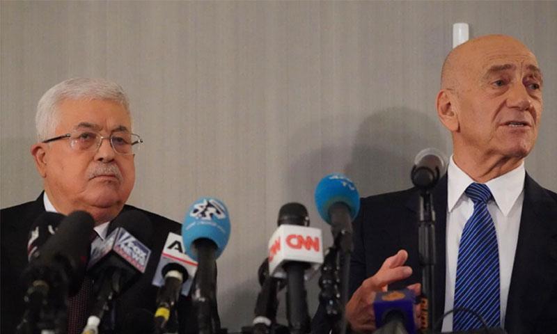 محمود عباس رئيس السلطة الفلسطينية وإيهود أولمرت رئيس وزراء الاحتلال الإسرائيلي الأسبق 11 من شباط 2020 (the australian)
