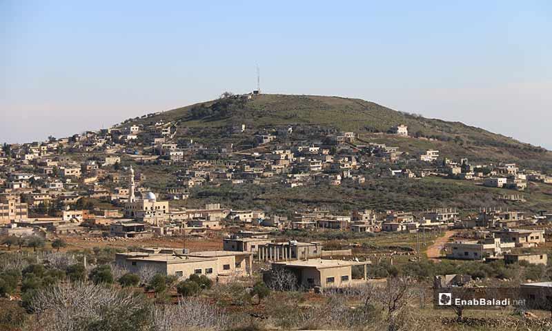 إحدى تلال قرية كفر عويد بريف إدلب الجنوبي (عنب بلدي)