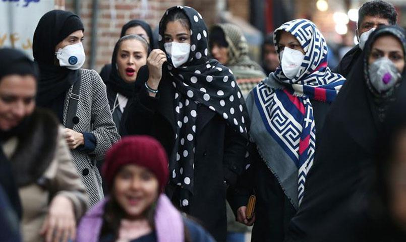 إيرانيون يرتدون أقنعة واقية للحماية من كورونا (رويترز)