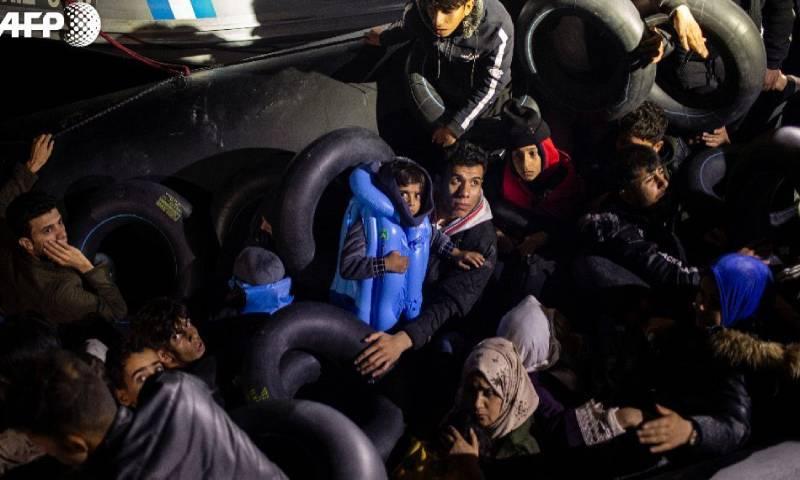 لاجئون سوريون على الحدود اليونانية التركية 1 آذار 2020 (فرانس برس)