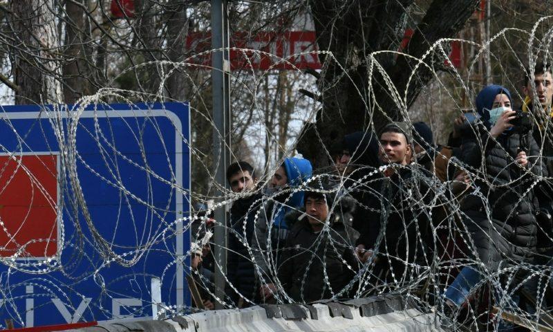 لاجئون على الحدود مع اليونان 2 من آذار (رويترز)