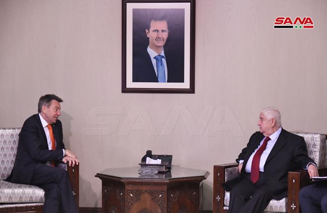 """وزير الخارجية السوري، وليد المعلم، مع رئيس اللجنة الوطنية الدولية لـ""""الصليب الأحمر""""، بيتر ماورير-10 من آذار (سانا)"""