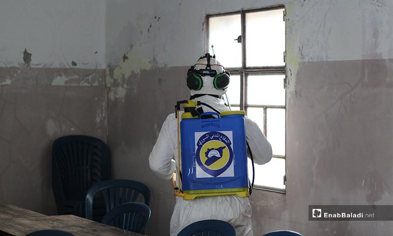 عنصر من الدفاع المدني يعقم أحد نوافذ مدرسة في بلدة دابق بريف حلب الشمالي-29 من آذار (عنب بلدي)