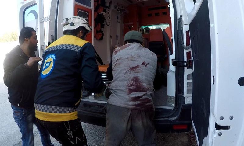 الدفاع المدني السوري خلال عمليات الاسعاف بعد استهداف قوات النظام لشارع 30 في مدينة إدلب - 3 من آذار 2020 (الدفاع المدني)