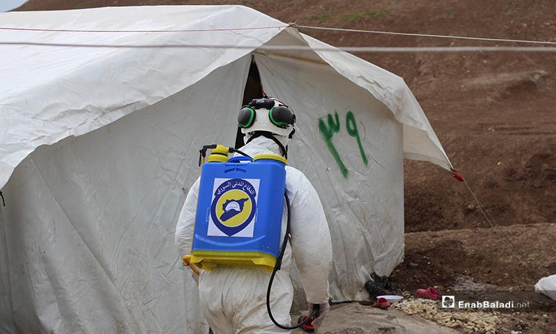 """تعقيم الخيم من فيروس """"كورونا"""" في مخيم بلدة دابق شمالي حلب- 29 من آذار (عنب بلدي)"""
