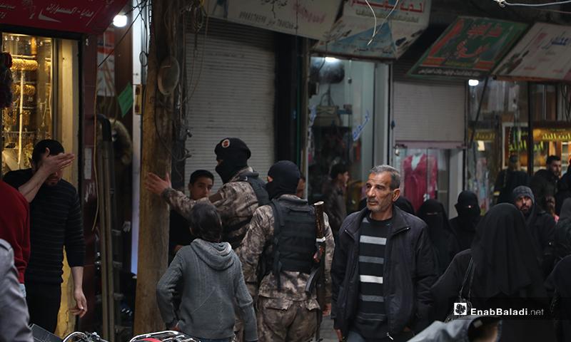 توجيهات من مجموعات الضابطة والقوات الخاصة في شارع النوفوتيه في مدينة الباب لفض الاعتصامات لمواجهة تفشي فيروس كورونا- 28 من آذار (عنب بلدي)- 28 من آذار (عنب بلدي)