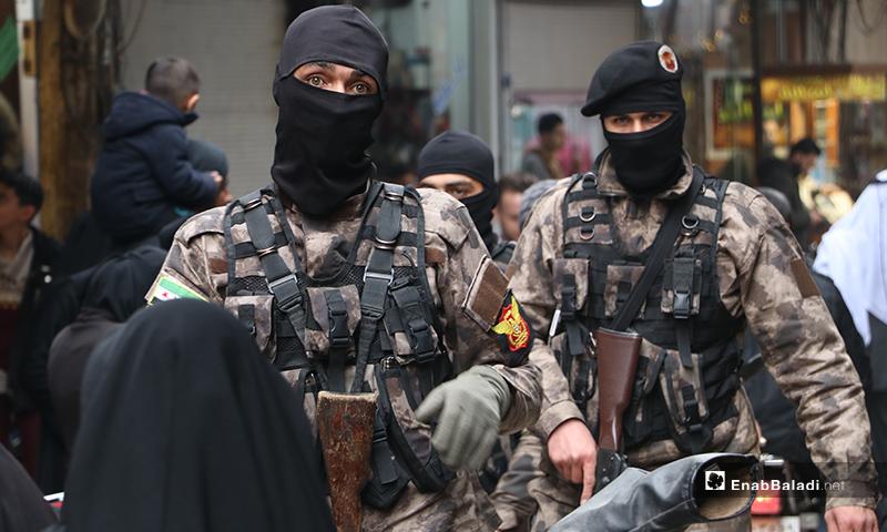مسلحان من القوات الخاصة في مهمة بسوق مدينة الباب لفض التجمعات - 28 من آذار (عنب بلدي)