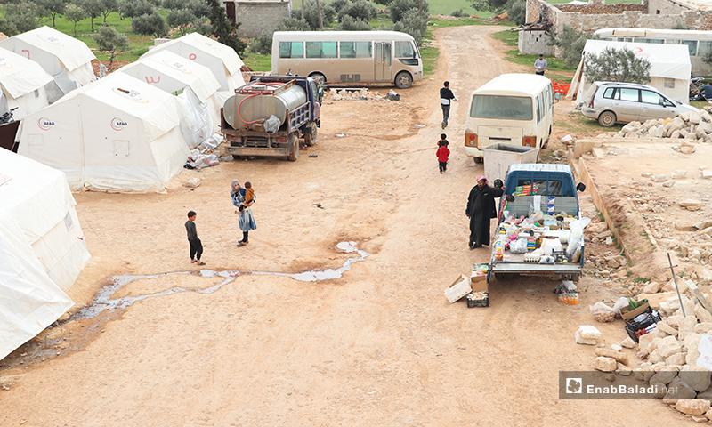 نازحون في مخيم الأزرق التابع لمدينة الباب بريف حلب- 25 من آذار 2020 (عنب بلدي)