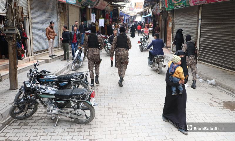 مجموعات الضابطة والقوات الخاصة في شارع النوفوتيه في مدينة الباب لفض الاعتصامات لمواجهة تفشي فيروس كورونا- 28 من آذار (عنب بلدي)