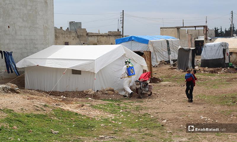 """تعقيم خيمة للنازحين ببلدة دابق شمالي حلب من فيروس """"كورونا""""- 29 من آذار (عنب بلدي)"""