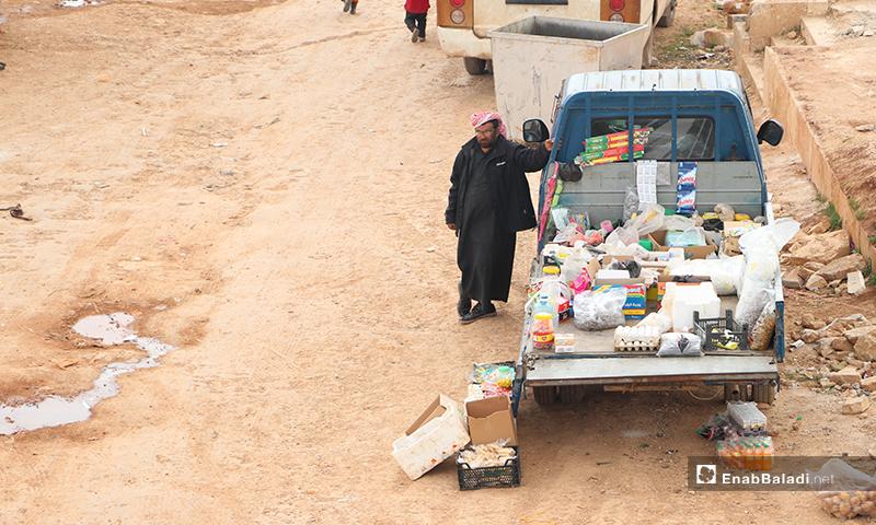 نازح يبيع موادًا غذائية على سيارته في مخيم الأزرق التابع لمدينة الباب بريف حلب- 25 من آذار 2020 (عنب بلدي)