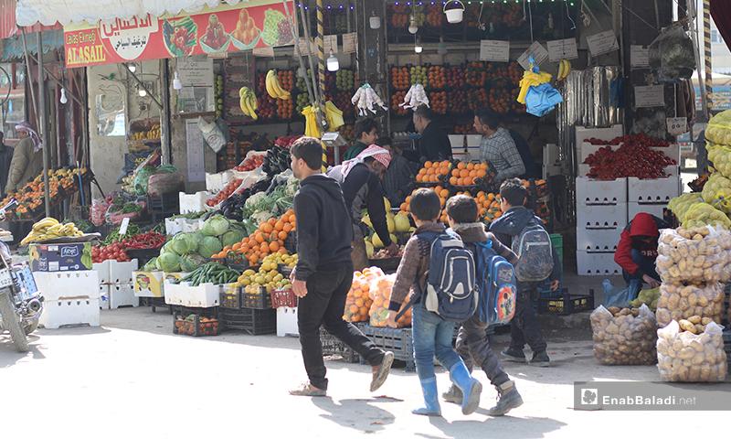 أطفال عائدون من المدارس في مدينة الباب بريف حلب الشرقي- 7 من آذار (عنب بلدي)