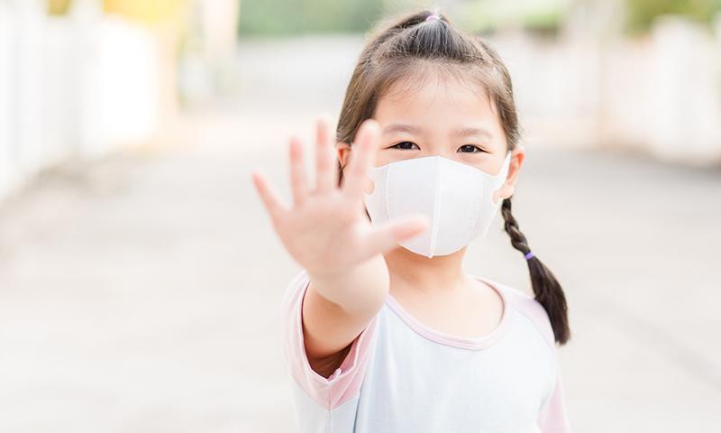 طفلة تلبس كمامات طبية واقية من الأمراض ومنها فيروس كورونا- (إنترنت/مجلة سيدتي)