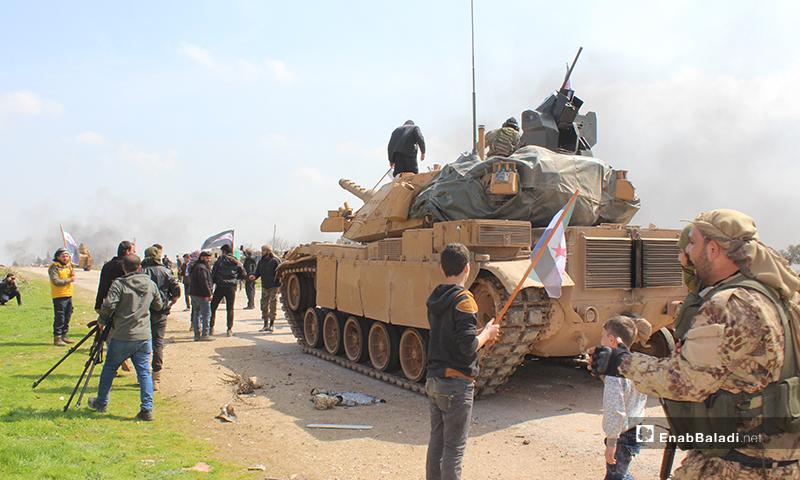 معتصمين على طريق حلب اللاذقية احتجاحجًا على تسيير الدوريات الروسية على الطريق - 15 من آذار2020 (عنب بلدي)
