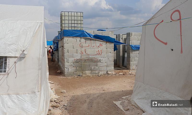 خيام حجرية إلى جانب خيام النايلون في مخيم الأزرق التابع لمدينة الباب بريف حلب- 25 من آذار 2020 (عنب بلدي)