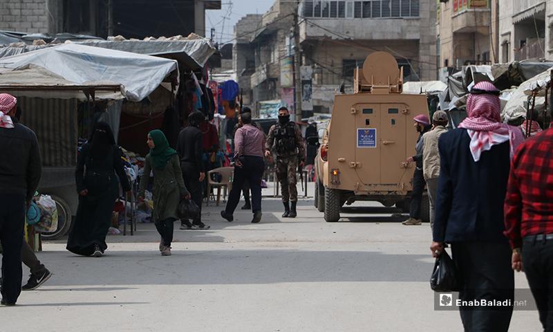 سيارة شرطة تابعة للضابطة في مدينة الباب في أثناء حملة لفض التجمعات  - 28 من آذار (عنب بلدي).