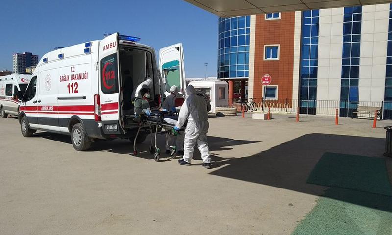 طواقم الإسعاف تنقل حالة يشتبه إصابتها بفيروس كورونا في ولاية سواس التركية (Ahaber)