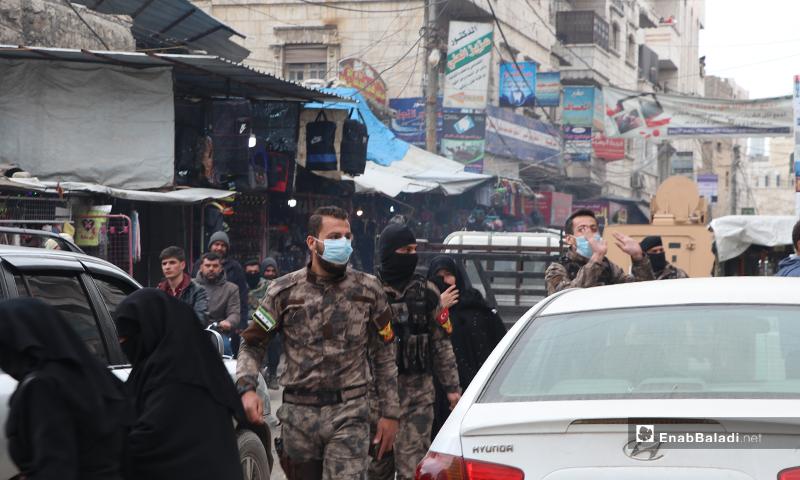 """أفراد الضابطة والقوات الخاصة يرتدون أقنعة وقائية ضد فيروس """"كورونا"""" بمدينة الباب- 28 من آذار (عنب بلدي)."""