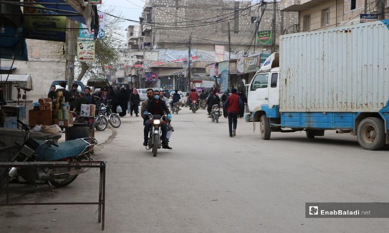 مواطنون يبدأون بالاستجابة لتعليمات الشرطة والابتعاد عن التجمعات وتفريغ الأسواق في مدينة الباب- 28 من آذار (عنب بلدي)