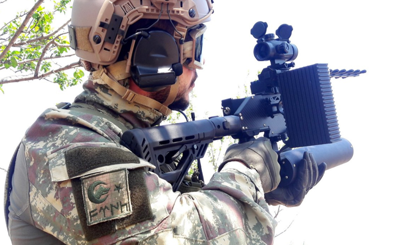 """جندي يحمل السلاح الجديد """"E-60""""- 15 من آذار (HARP)"""