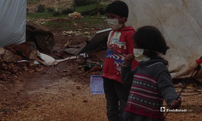 """حملة توعية من أجل فيروس """"كورونا المستجد"""" (كوفيد-19)، أجرتها مديرية الصحة في محافظة إدلب شمالي سوريا، بأماكن تواجد النازحن، خصوصًا المخيمات والمدارس الواقعة بقرية شيخ بحر وماحولها- 19 من آذار (عنب بلدي)"""