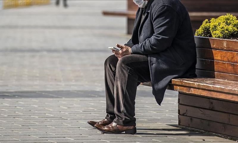 مسن في تركيا جالس على إحدى المقاعد في مكان عام (الأناضول)