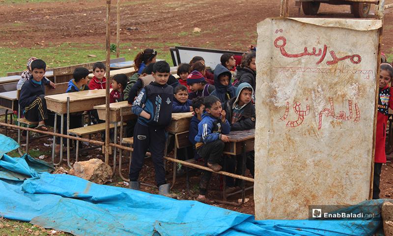 حالة المدرسة التي يتلقى فيها ١٥٠ طالب تعليمهم داخل خيمة مهترئة في مخيمات شرقي قرية كفرعروق شمالي إدلب- 14 من آذار (عنب بلدي)