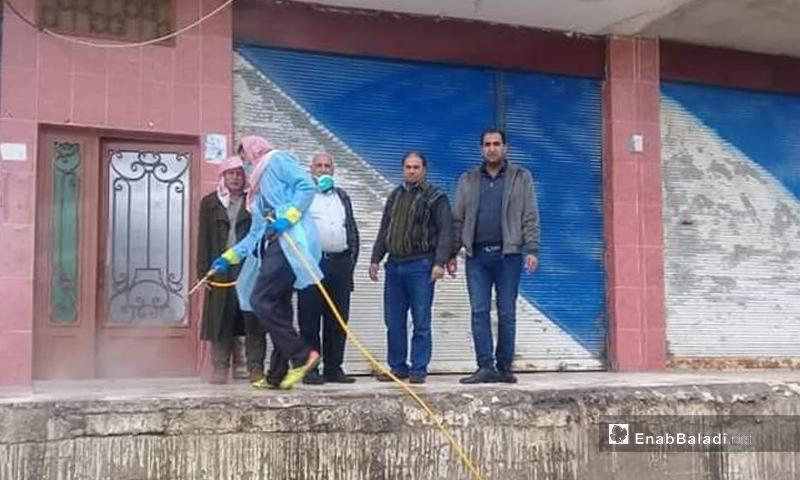 رش مواد للوقاية من فيرس كورونا في محافظة القنيطرة - 22 آذار 2020 (عنب بلدي)