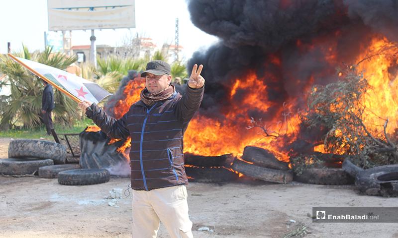 معتصمون على طريق حلب اللاذقية احتجاجًا على تسيير الدوريات الروسية على الطريق - 15 من آذار 2020 (عنب بلدي)