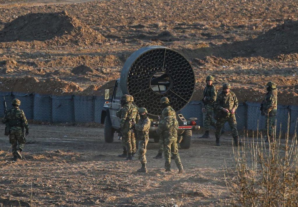 قوات حرس الحدود اليونانية تشغل مراوح لزيادة فاعلية قنابل الغاز التي ترميها على اللاجئين (الأناضول)