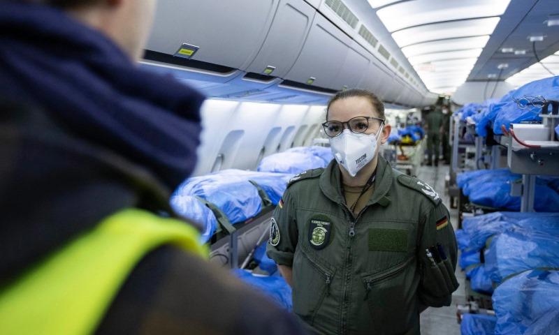 """الجيش الألماني ينقل مصابين بفيروس """"كورونا"""" من إيطاليا وفرنسا لمعالجتهم في ألمانيا- 28 آذار 2020 (METRO)"""