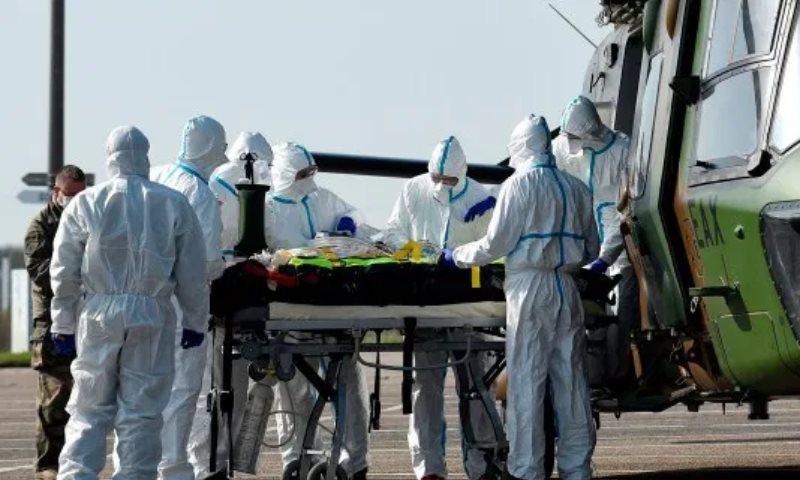 """الجيش الألماني ينقل مصابين بفيروس """"كورونا"""" من إيطاليا وفرنسا لمعالجتهم في ألمانيا- 28 آذار 2020 (AFP)"""